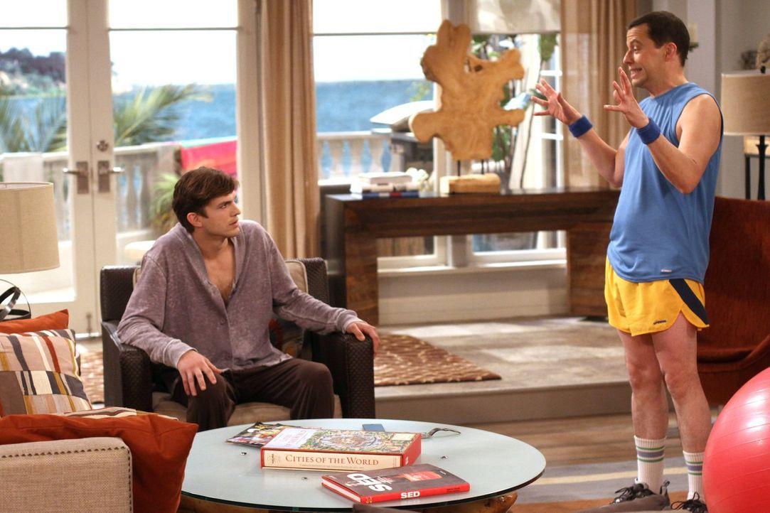 Zoey will mit ihrer Tochter Ava für eine Woche zu Walden (Ashton Kutcher, l.) ziehen. Walden bittet Alan (Jon Cryer, r.), sich so lange eine Bleibe... - Bildquelle: Warner Brothers Entertainment Inc.