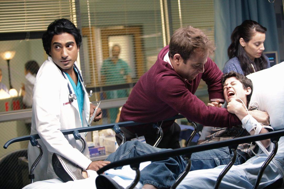 Cooper (Paul Adelstein, 2.v.l.) und Dr. Singh (Ajay Vidure, l.) kümmern sich um Zack (Aaron Sanders, 2.v.r.), einen autistischen Jungen, dessen Mut... - Bildquelle: ABC Studios