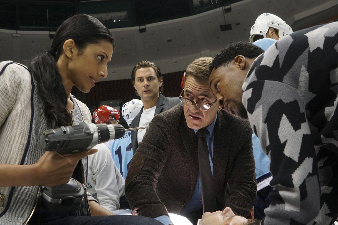 Als sich ein Eishockeyspieler bei einem Spiel gefährlich verletzt, müssen Talaikha (Reshma Shetty, l.), James (Augustus Prew, 2.v.l.), Walter (Dermo... - Bildquelle: Monty Brinton 2016 CBS Broadcasting, Inc. All Rights Reserved