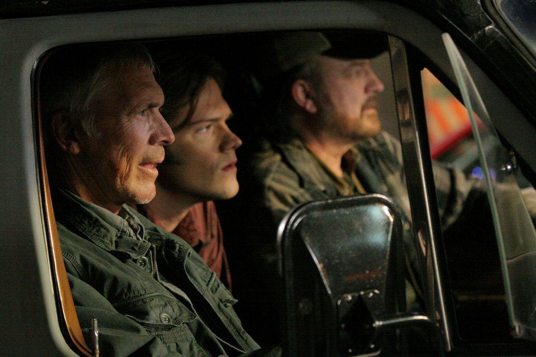 Dean (Chad Everett, l.) versucht, Bobby (Jim Beaver, r.) zu retten, indem er auch mit der männlichen Hexe pokert, und verliert. Er fängt an, sehr sc... - Bildquelle: Warner Bros.
