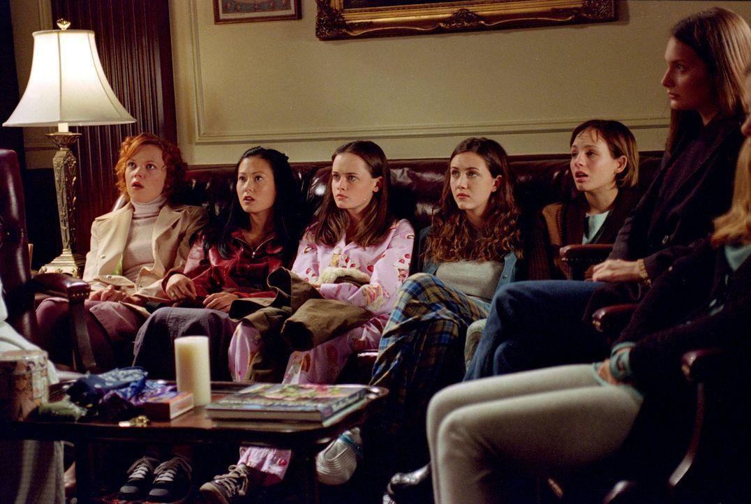 """Rory (Alexis Bledel, 3.v.l.) möchte unbedingt Mitglied bei der Geheimverbindung """"The Puffs"""" werden, doch als sie und Paris eine Mutprobe bestehen mü... - Bildquelle: 2001 Warner Bros. Entertainment, Inc."""