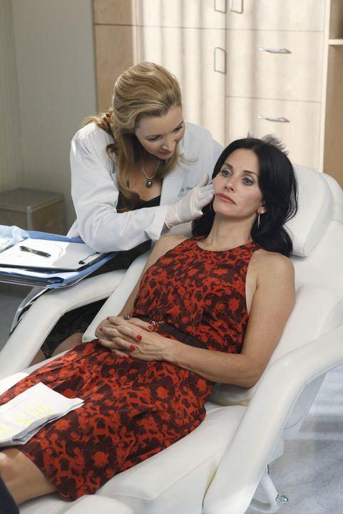 Jules (Courteney Cox, r.) hatte nicht gedacht, dass sie so viel Botox benötigen würde - Dr. Evans (Lisa Kudrow, l.) weiß es allerdings besser ... - Bildquelle: 2009 ABC INC.