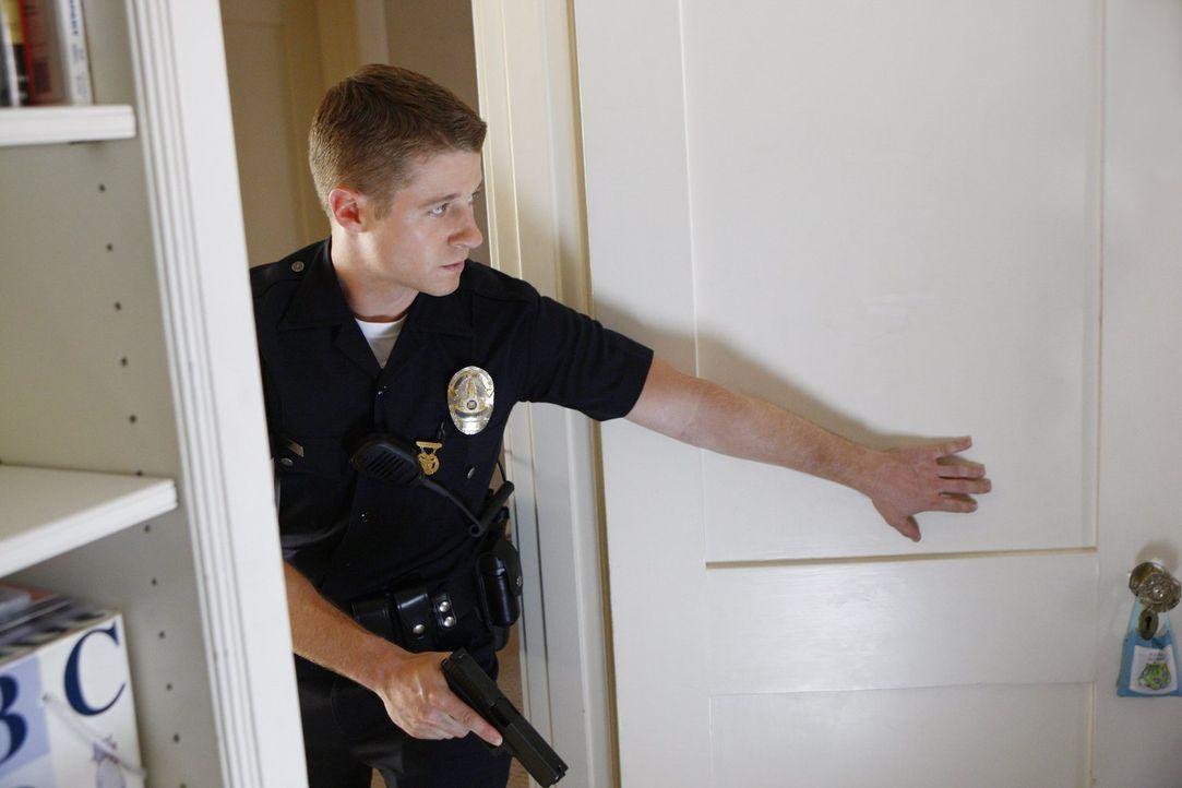 Noch ahnt Officer Ben Sherman (Benjamin McKenzie), was ihn hinter der Tür erwartet ... - Bildquelle: Warner Brothers