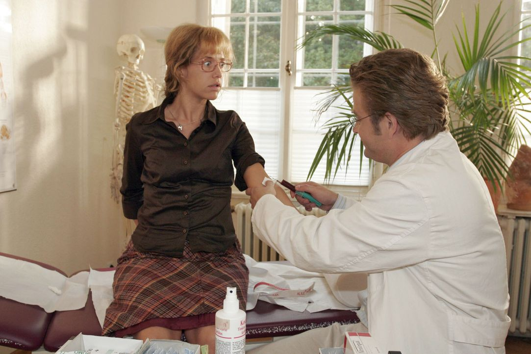 Von Bernd zum Arzt geschleppt, erhält Lisa (Alexandra Neldel, l.) von Dr. Weber (Peter Atanassow, r.) die Diagnose, dass ihre Schwäche von ihrer V... - Bildquelle: Noreen Flynn Sat.1