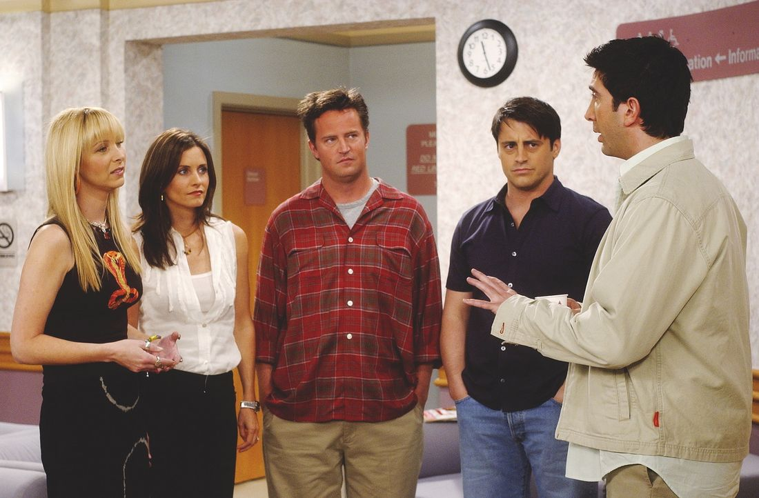 V.l.n.r.: Phoebe (Lisa Kudrow), Monica (Courteney Cox Arquette), Chandler (Matthew Perry) und Joey (Matt LeBlanc) wollen von Ross (David Schwimmer)... - Bildquelle: TM+  WARNER BROS.