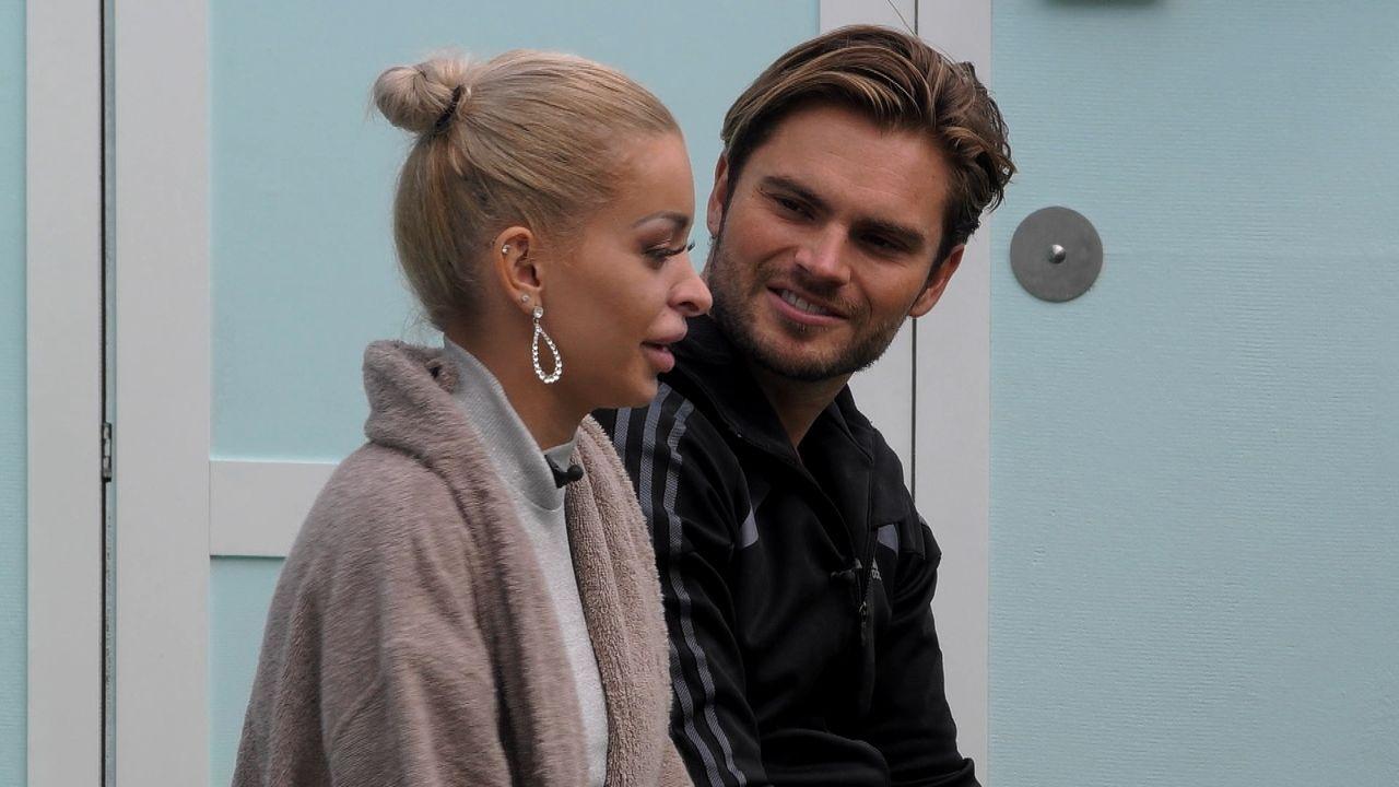 Katja und Johannes reden im Garten der Villa über das Verhältnis von Daniel und Chethrin