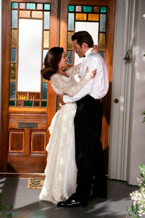 Glücklich: Phoebe (Alyssa Milano, l.) und Dex (Jason Lewis, r.) ... - Bildquelle: Paramount Pictures