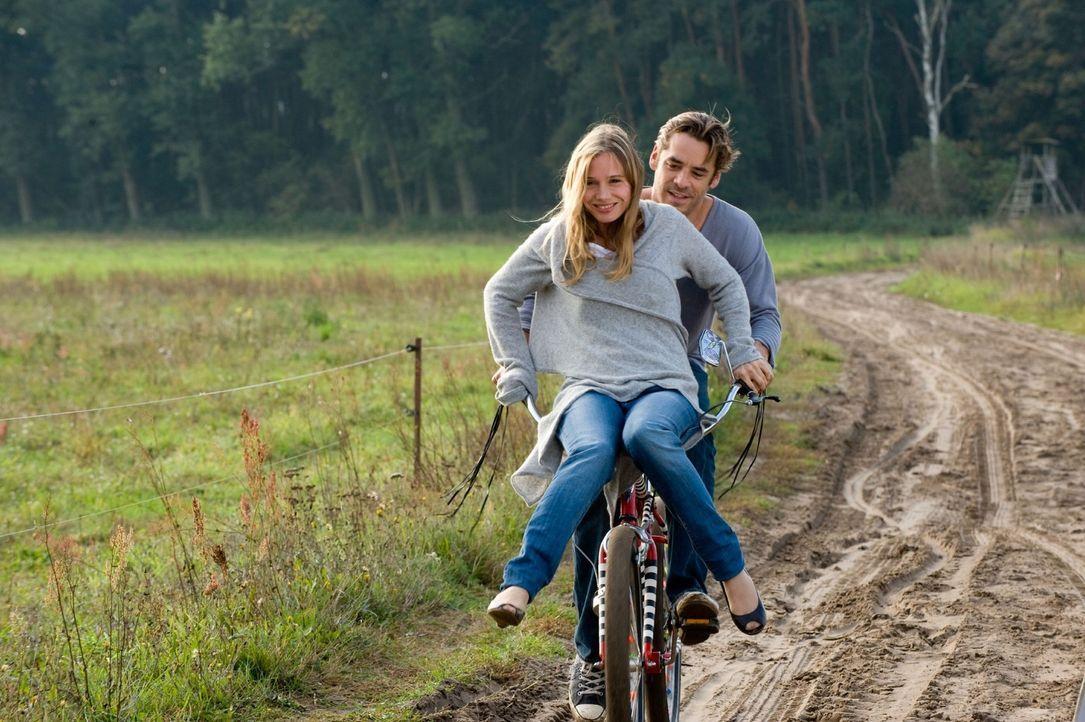 """Maja (Nadeshda Brennecke, l.) und Ben (Tobias Oertel, r.) fahren wie zu Kinderzeiten """"Knievel"""" ... - Bildquelle: Sat.1"""