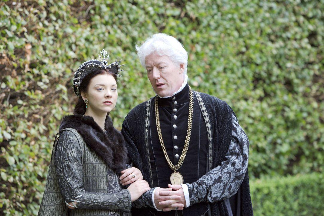 Sorgen sich, wie ihre Zukunft am Hofe des Königs weitergehen soll: Anne (Natalie Dormer, l.) und ihr Vater Sir Thomas Boleyn (Nick Dunning, r.) ... - Bildquelle: 2008 TM Productions Limited and PA Tudors II Inc. All Rights Reserved.