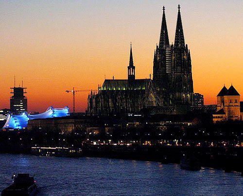 Eine der populärsten Sehenswürdigkeiten Deutschlands: Der Kölner Dom zählt zu den weltweit größten Kathedralen im gotischen Baustil.  - Bildquelle: dpa