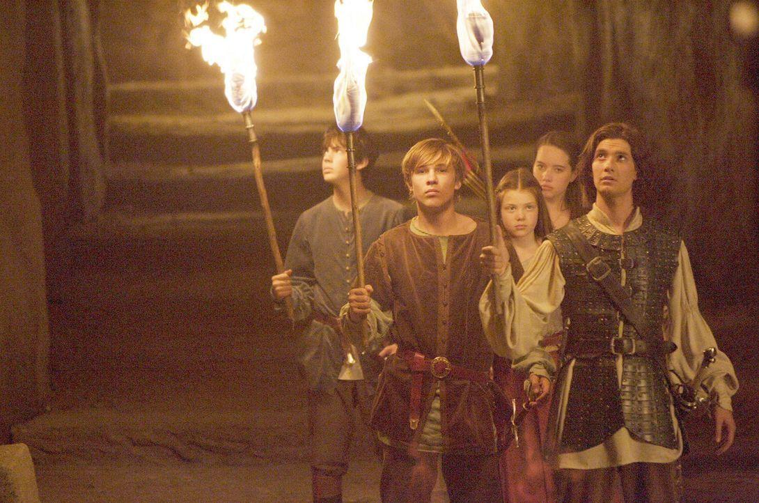 Die Pevensie Kinder (v.l.n.r.: Skandar Keynes, William Moseley, Georgie Henley, Anna Popplewell) und Prinz Kaspian (Ben Barnes, r.) machen sich auf... - Bildquelle: Disney - ABC - ESPN Television