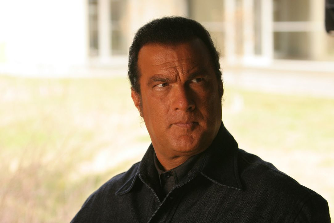 Eines Tages wird der unehrenhaft entlassene, aber von seinen Vorgesetzten betrogene John Sands (Steven Seagal) wieder in den Dienst zurückgerufen.... - Bildquelle: Copyright   2007 Pueblo Film Distribution Limited. All Rights Reserved.