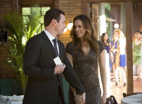 Auf der Hochzeit von Hanks Ex-Freund können Johnny (Michael Mosley, l.) und T...