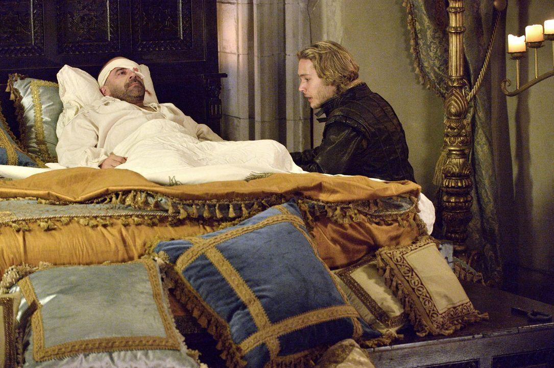 Prinz Francis (Toby Regbo, r.) besucht seinen Vater, König Henry II. (Alan Van Sprang, l.), der sich beim Turnier eine schwere Verletzung zugezogen... - Bildquelle: 2013 The CW Network, LLC. All rights reserved.