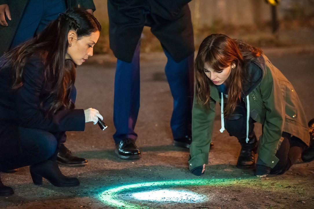 Versuchen alles, um den gefährlichen Copkiller zu stoppen: Watson (Lucy Liu, l.) und Kitty (Ophelia Lovibond, r.) ... - Bildquelle: Jeff Neumann CBS Television
