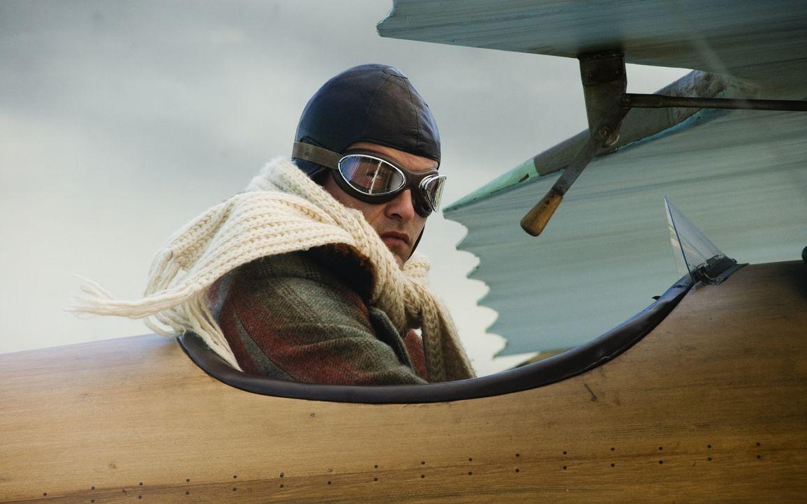 Zunächst kann Werner Voss (Til Schweiger) nichts mit von Richthofen anfangen. Doch schon bald freunden sich die beiden tollkühnen Flieger an ... - Bildquelle: Warner Bros. Television