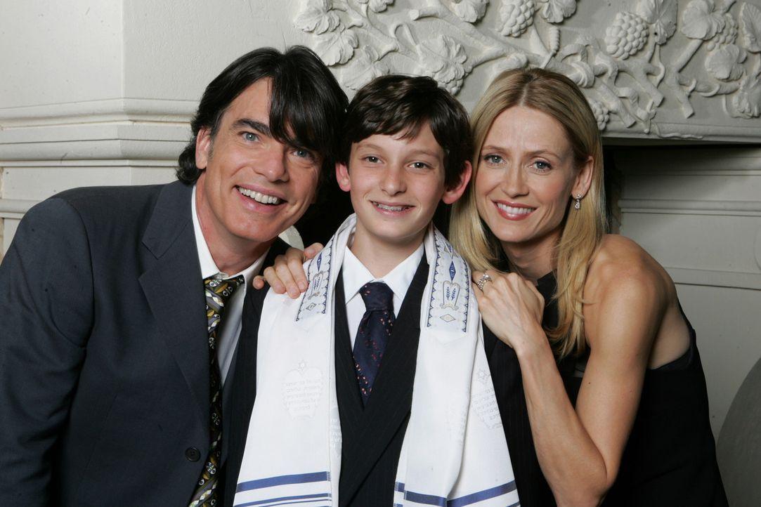 Rückblick: Kirsten (Kelly Rowan, r.) und Sandy (Peter Gallagher, l.) sind stolz auf ihren Sohn Seth (Nicklaus Koeppen, M.), der in die jüdische Ge... - Bildquelle: Warner Bros. Television