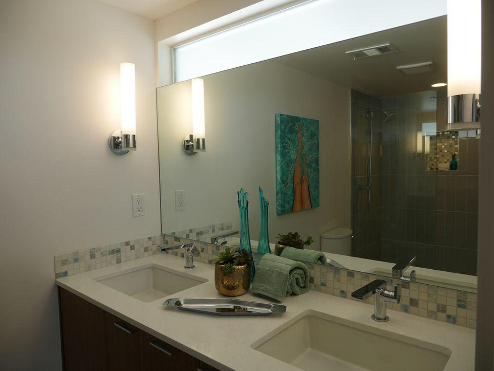 Das Bad des Traumhauses ist kaum wiederzuerkennen: Es erstrahlt jetzt in einem modernen und auch schlichten Stil ... - Bildquelle: 2017,HGTV/Scripps Networks, LLC. All Rights Reserved