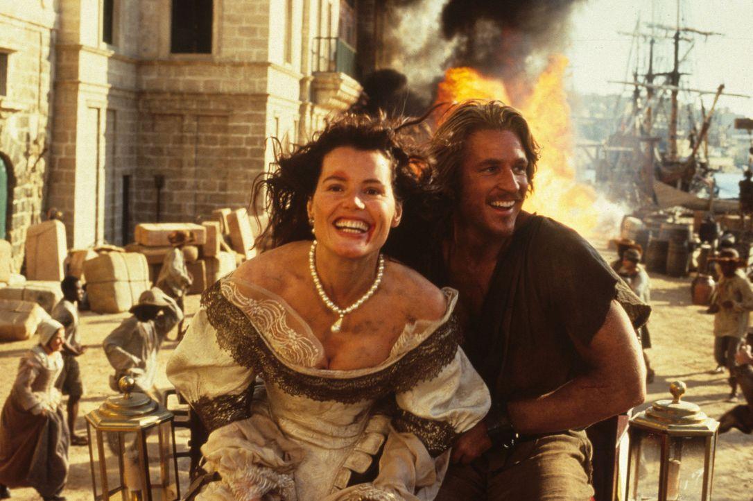 Morgan Adams (Geena Davis, l.) verhilft dem Sklaven William Shaw (Matthew Modine, r.) zur Flucht. Nur er kann die Schatzkarte in lateinischer Sprach... - Bildquelle: VCL Communications