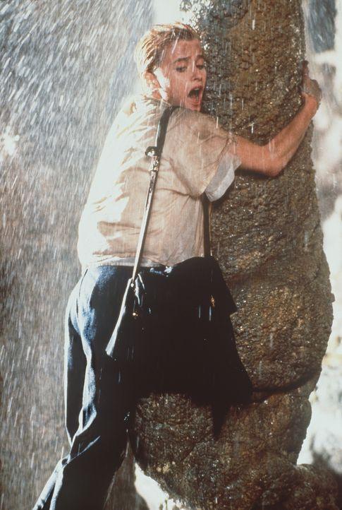 Beim Erforschen einer abgeschiedenen Vulkanhöhle wird Crystina (Nicola Cowper) durch ein plötzlich auftretendes Erdbeben in die Tiefe geschleudert...
