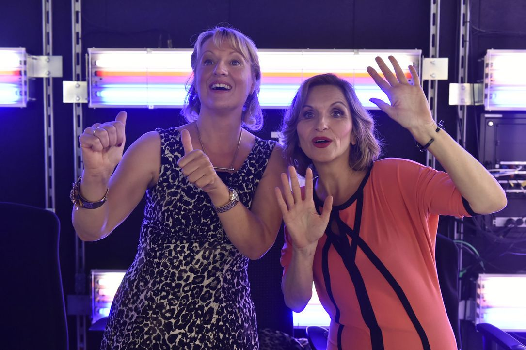 Drücken Mila fürs Interview die Daumen: Felicitas (Claudia Lietz, l.) und Sylvia (Eva Mannschott, r.) ... - Bildquelle: Claudius Pflug sixx