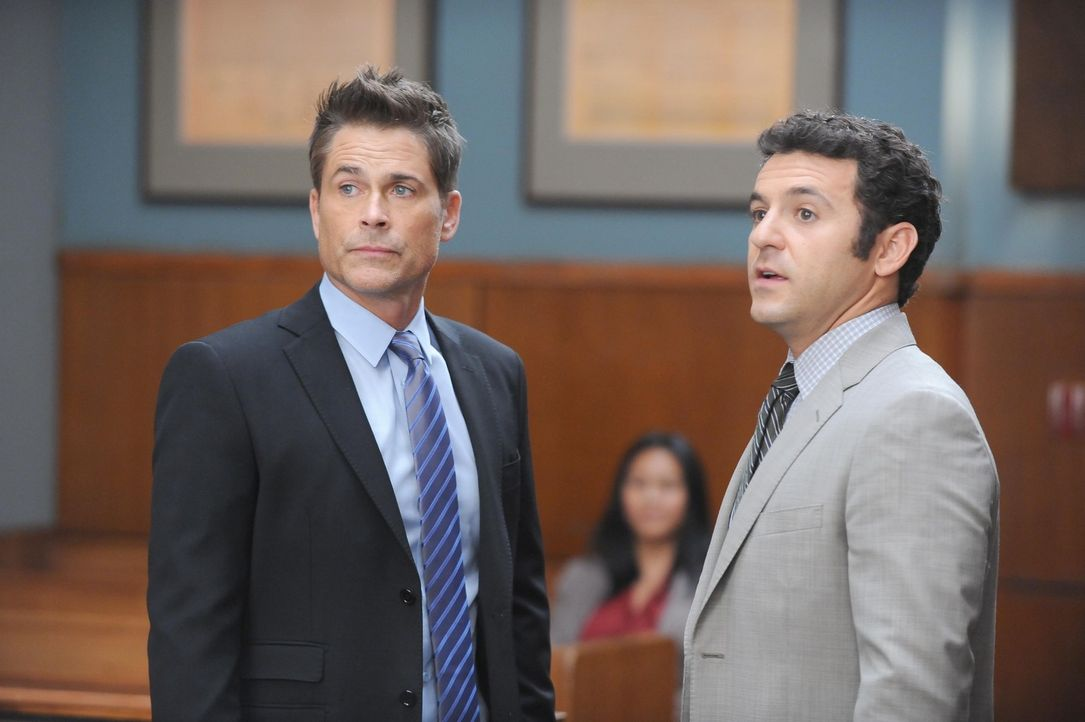 Stehen im Gericht tatsächlich auf unterschiedlichen Seiten: Dean (Rob Lowe, l.) und Stewart (Fred Savage, r.) ... - Bildquelle: 2015-2016 Fox and its related entities.  All rights reserved.
