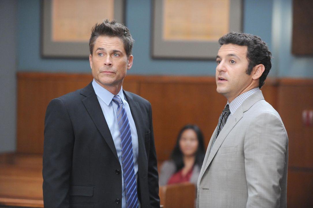 Stehen im Gericht tatsächlich auf unterschiedlichen Seiten: Dean (Rob Lowe, l.) und Stewart (Fred Savage, r.) ... - Bildquelle: 2015-2016 Fox and its related entities.  All rights reserved.