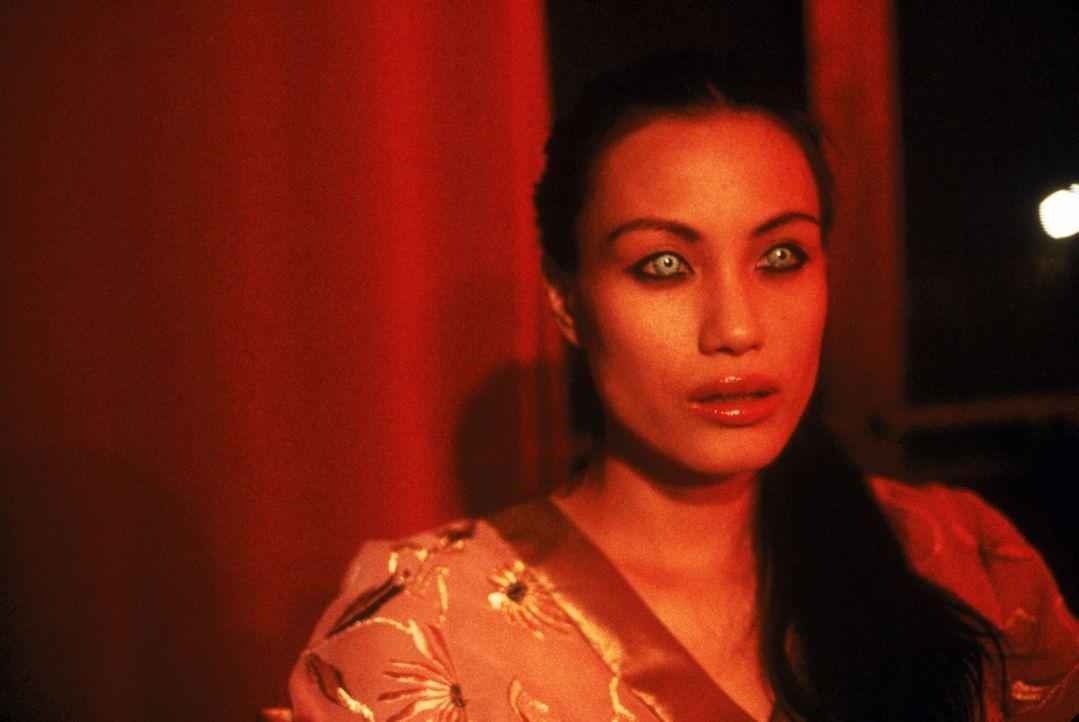 Es gibt nur einen Weg zur Erlösung: Vampirin Sang (Stephanie Chao) muss sich selbst opfern ... - Bildquelle: 2002 Global Entertainment Productions GmbH & Co. Movie KG. All Rights Reserved.