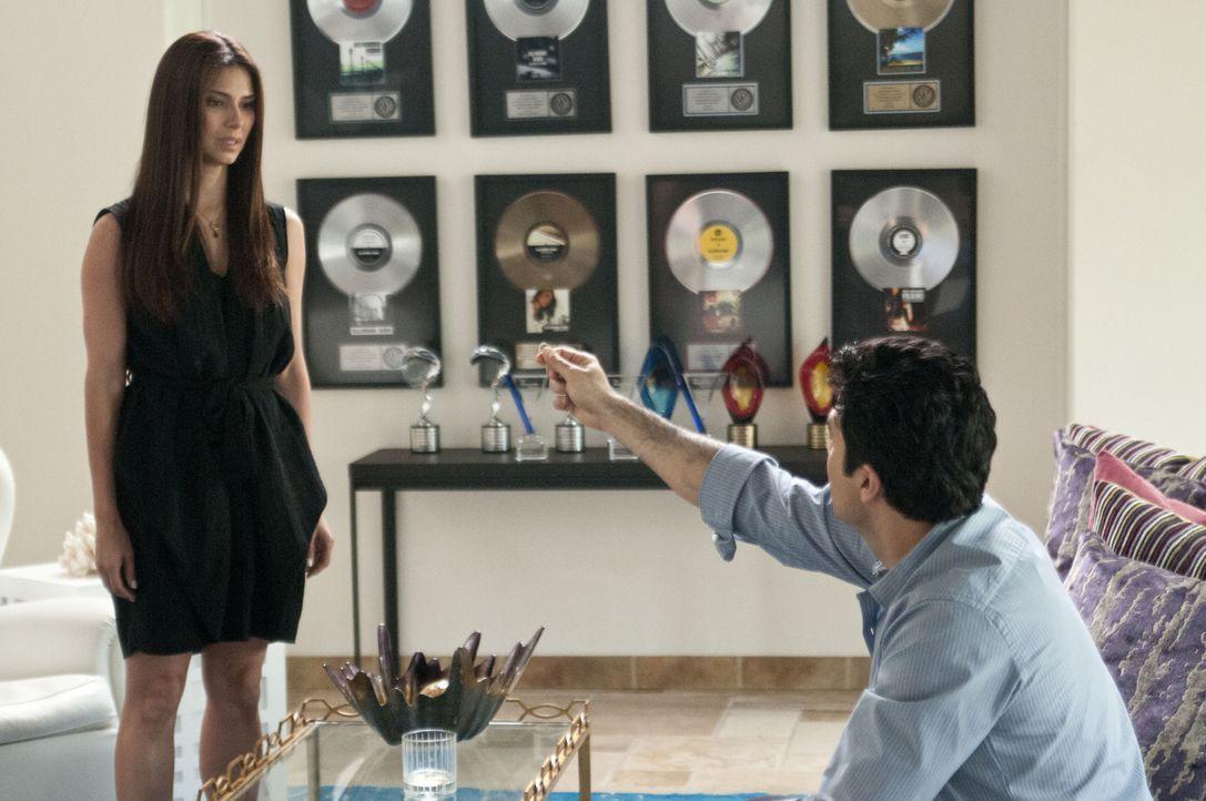 Als plötzlich Carmens (Roselyn Sanchez, l.) Ehemann (Jaime Camil, r.) auftaucht, der sie zurückgewinnen möchte, gerät sie in Panik ... - Bildquelle: ABC Studios