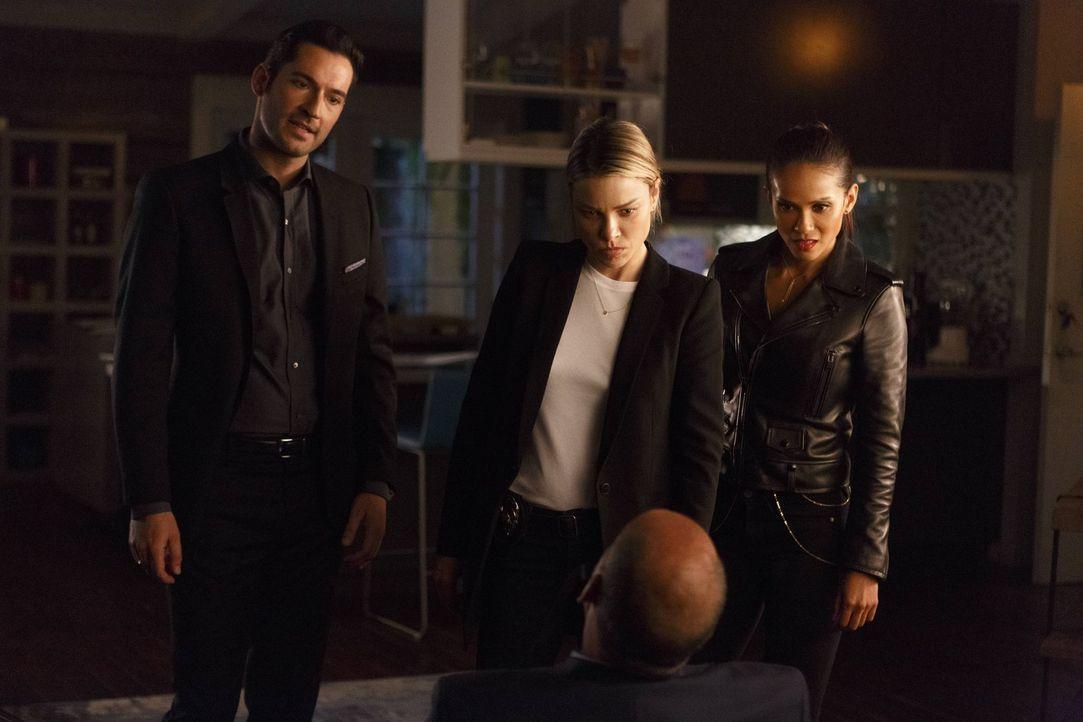 Machen sich gemeinsam auf die Suche nach dem wahren Mörder von John Decker: Lucifer (Tom Ellis, l.), Chloe (Lauren German, M.) und Maze (Lesley-Ann... - Bildquelle: 2016 Warner Brothers