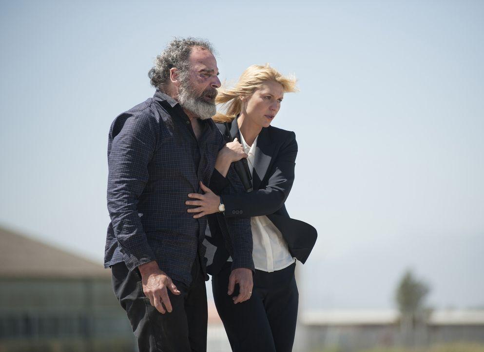 Carrie (Claire Danes, r.) hat Saul (Mandy Patinkin, l.) in Sicherheit gebracht. Doch Haissam Haqqani plant schon den nächsten Schachzug gegen sie ... - Bildquelle: 2014 Twentieth Century Fox Film Corporation