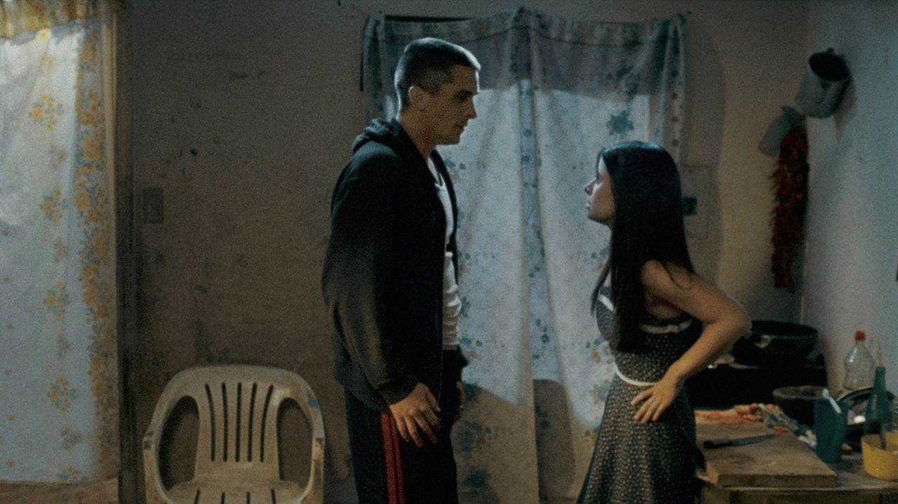 Jim Davis (Christian Bale, l.) fährt mit Mike und einem weiteren Freund nach Mexiko und besucht dort seine Verlobte Marta (Tammy Trull, r.), die ihm... - Bildquelle: 2007 Splendid Medien AG