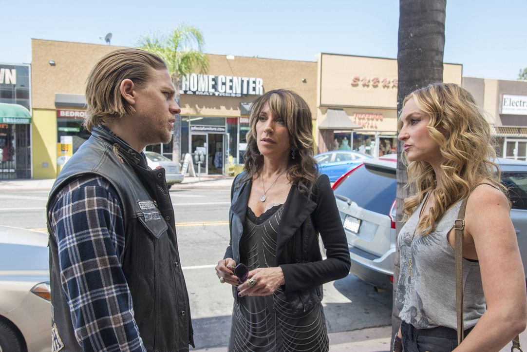 Frisch aus dem Gefängnis entlassen, wollen viele Leute mit Jax (Charlie Hunnam, l.) reden. So auch Ex-Freundin Wendy (Drea de Matteo, r.). Doch Mama... - Bildquelle: Prashant Gupta 2013 Twentieth Century Fox Film Corporation and Bluebush Productions, LLC. All rights reserved.