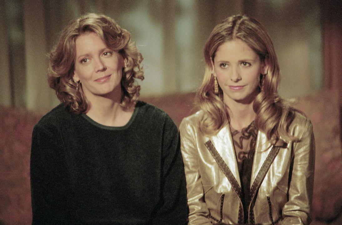 Joyce (Kristine Sutherland, l.) hat zu ihrer Tochter Buffy (Sarah Michelle Gellar) ein gutes Verhältnis. - Bildquelle: TM +   2000 Twentieth Century Fox Film Corporation. All Rights Reserved.