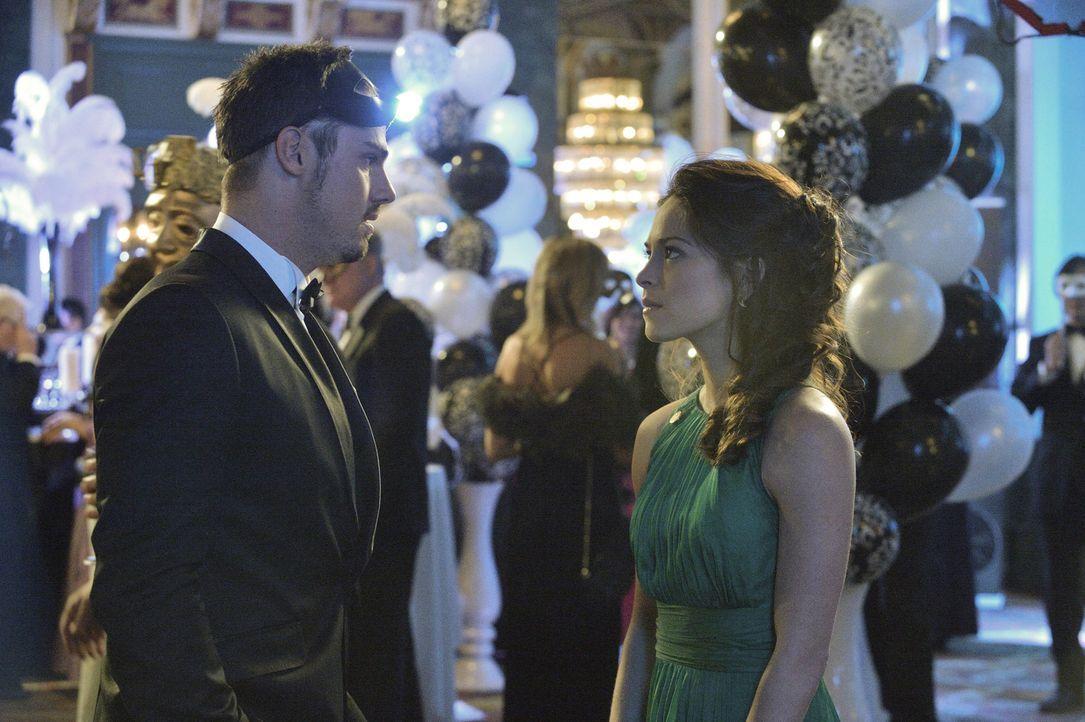 Um Sam davon abzuhalten, einer großen Gruppe von Menschen Schaden zuzufügen, müssen sich Cat (Kristin Kreuk, r.) und Vincent (Jay Ryan, l.) auf eine... - Bildquelle: 2013 The CW Network, LLC. All rights reserved.
