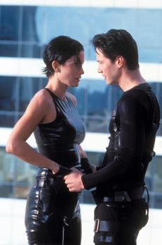 Matrix - Neo (Keanu Reeves, r.) entdeckt etwas ganz Reales in der künstlichen...