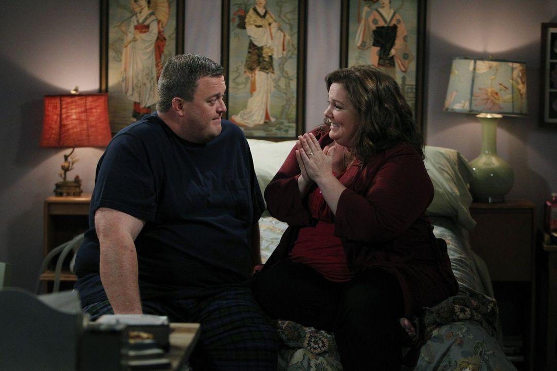 Molly (Melissa McCarthy, r.) und Mike (Billy Gardell, l.) sind mittlerweile verlobt. Weil Molly gerne die Hochzeit planen würde, lässt sie Mike eine... - Bildquelle: Warner Brothers