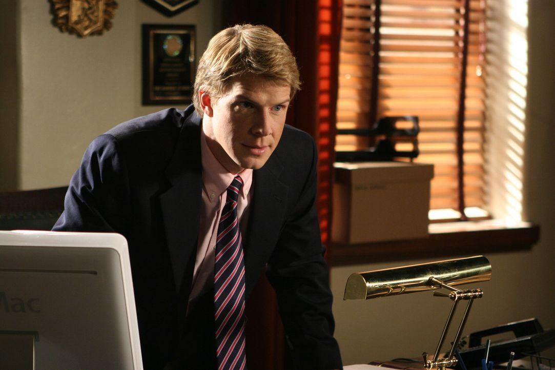 Dean Hess (Eric Mabius) soll entscheiden, ob Marissa und Ryan weiterhin die Schule besuchen dürfen oder suspendiert werden ... - Bildquelle: Warner Bros. Television