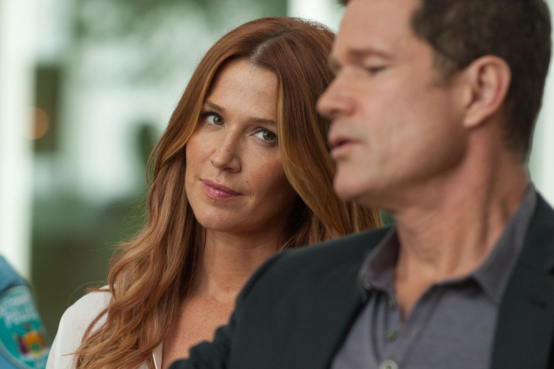 Detective Al (Dylan Walsh, r.) und NYPD-Beraterin Carrie Wells (Poppy Montgomery, l.) verbindet mehr als nur der aktuelle Mordfall in den Hamptons ... - Bildquelle: 2013 Sony Pictures Television Inc. All Rights Reserved.