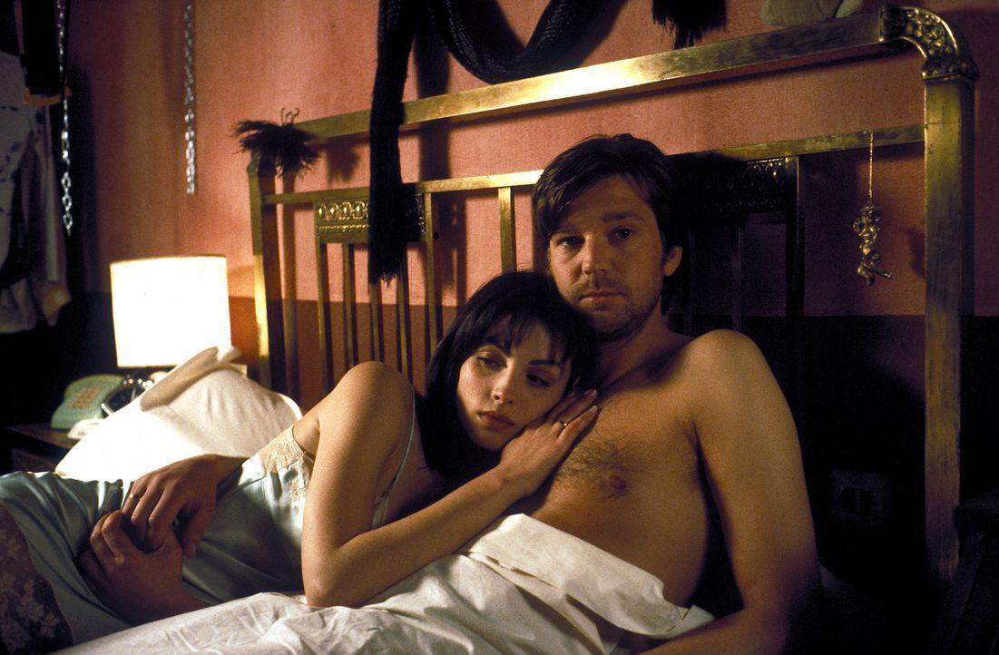 Für Christian (Kai Wiesinger, r.) ist Paloma (Ana Alvarez, l.) die Erfüllung aller seiner Träume. Doch die feurige Spanierin ist kein unbeschrieb... - Bildquelle: Hans-Joachim Pfeiffer ProSieben