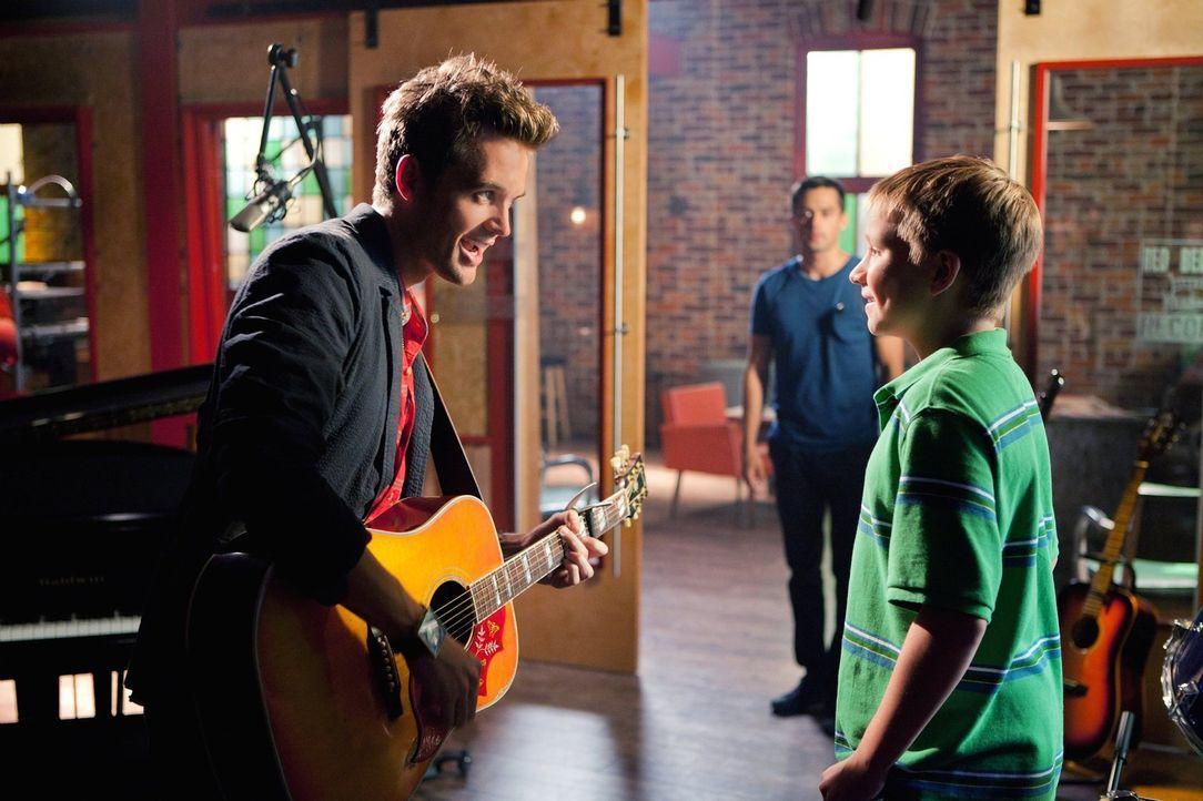Während sich Brooke mit ihrem Vater treffen will und ihrer Mutter das überhaupt nicht gefällt, versucht Chuck (Michael May, r.) Chase bei einem Plan... - Bildquelle: Warner Bros. Pictures