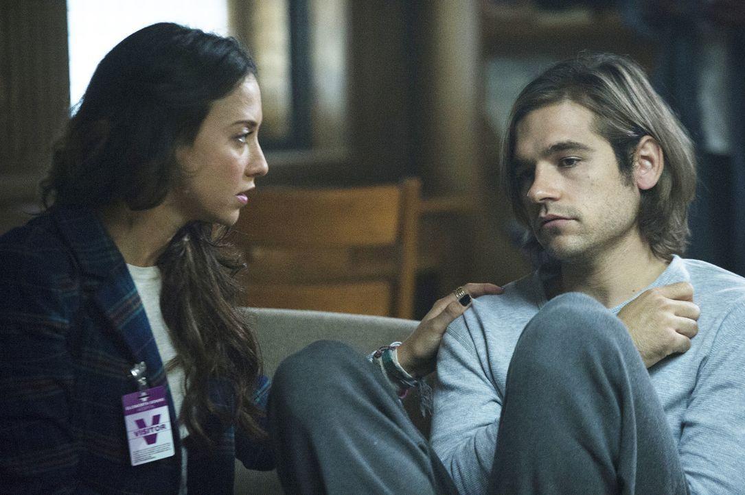 Julia (Stella Maeve, l.) stattet ihrem besten Freund Quentin (Jason Ralph, r.) einen Besuch ab - in der Nervenheilanstalt. Ist das die Realität und... - Bildquelle: 2015 Syfy Media Productions LLC. ALL RIGHTS RESERVED.