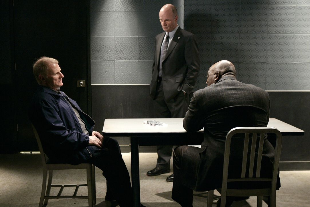 Können John (John Finn, M.) und Will (Thom Barry, r.) von Daniel (Gordon Clapp, l.) mehr Informationen zum aktuellen Fall bekommen? - Bildquelle: Warner Bros. Television