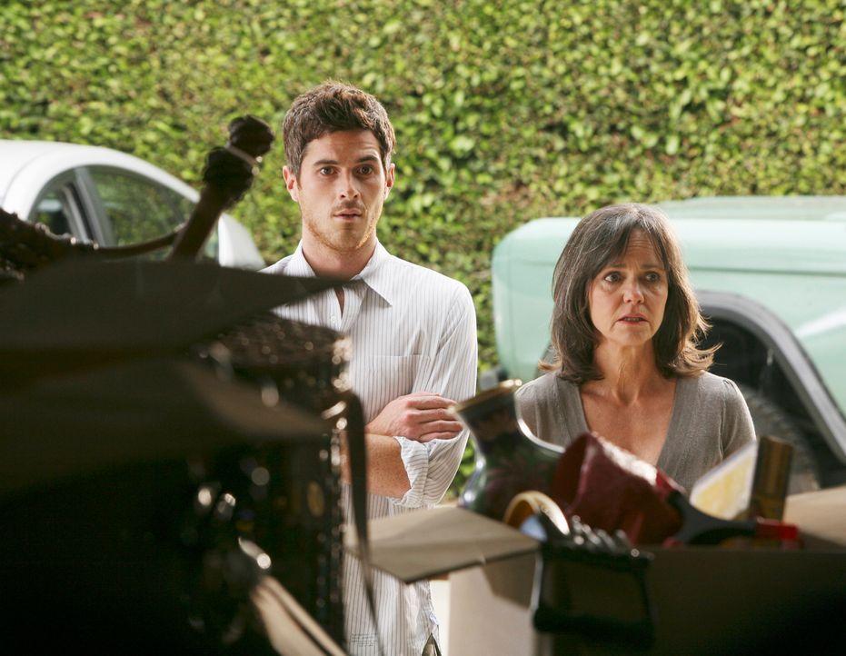Nora (Sally Field, r.) will Williams Arbeitszimmer und die Garage entrümpeln und beschließt, einen Flohmarkt zu veranstalten. Justin (Dave Annable,... - Bildquelle: 2008 ABC INC.