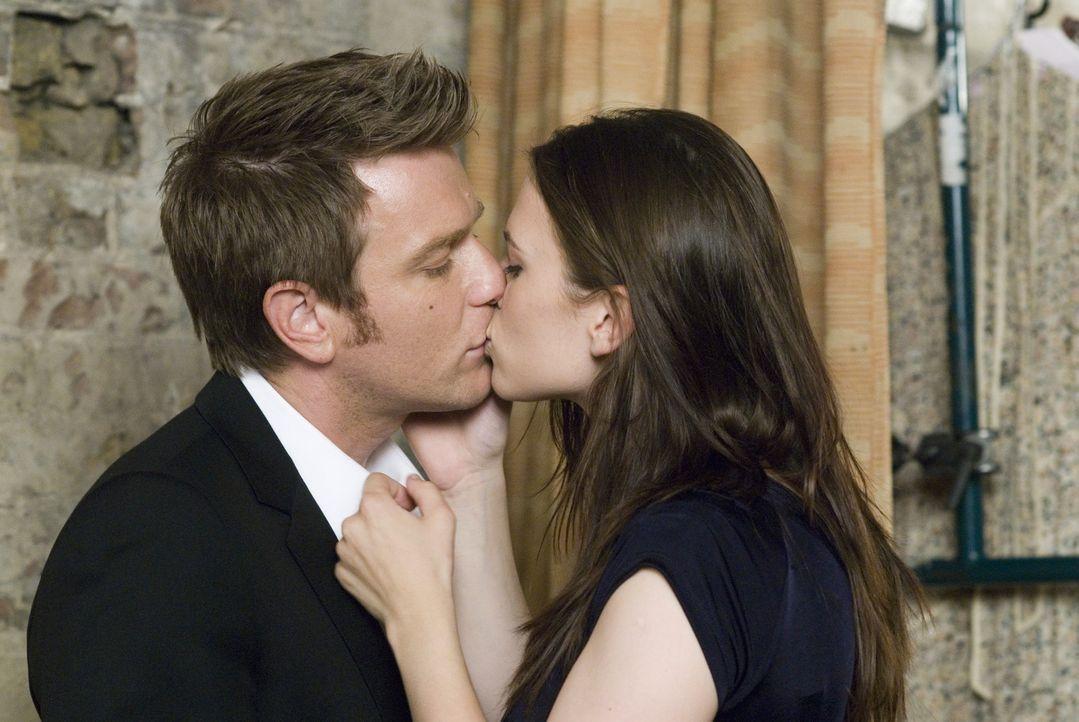 Ian (Ewan McGregor, l.) ist wahnsinnig verliebt in Angela (Hayley Atwell, r.). Die aufstrebende Schauspielerin ist würde Einiges tun, um ihre Karri... - Bildquelle: Constantin Film