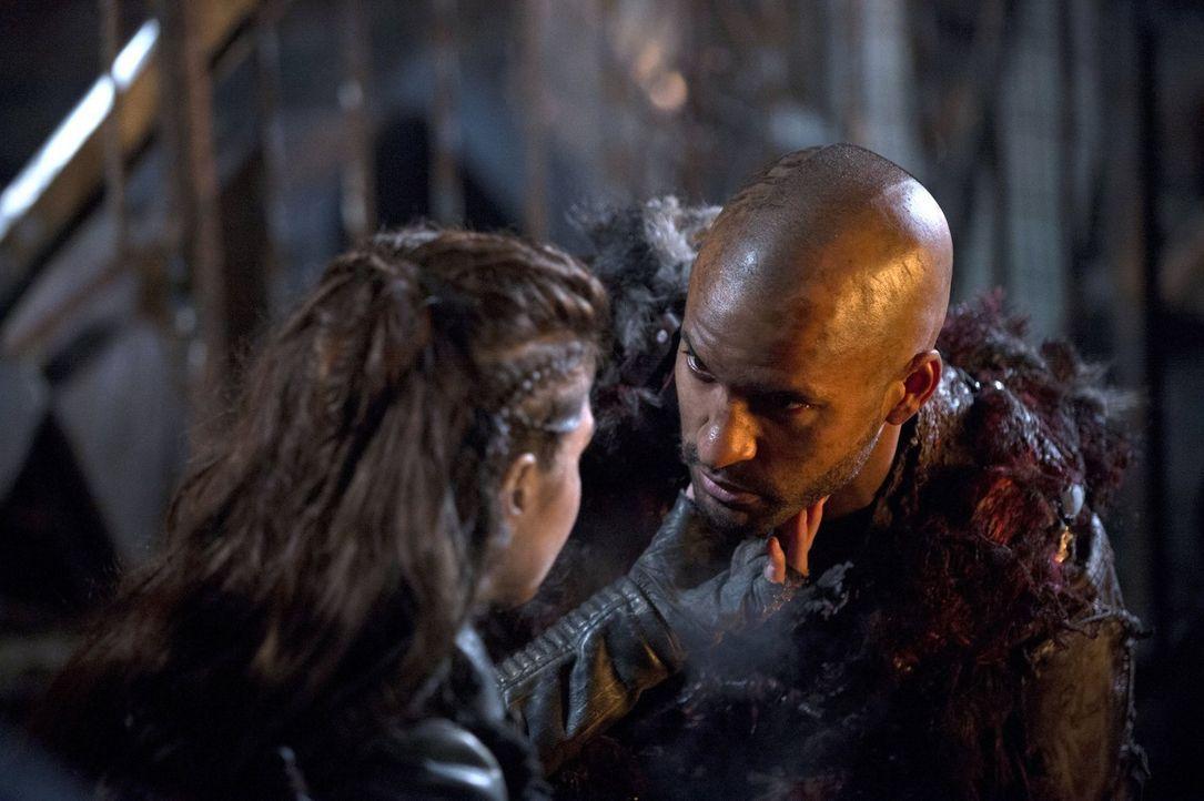 Sowohl Octavia (Marie Avgeropoulos, l.) als auch Lincoln (Ricky Whittle, r.) haben es im Dorf der Grounder nicht einfach und trotzdem sind sie wicht... - Bildquelle: 2014 Warner Brothers
