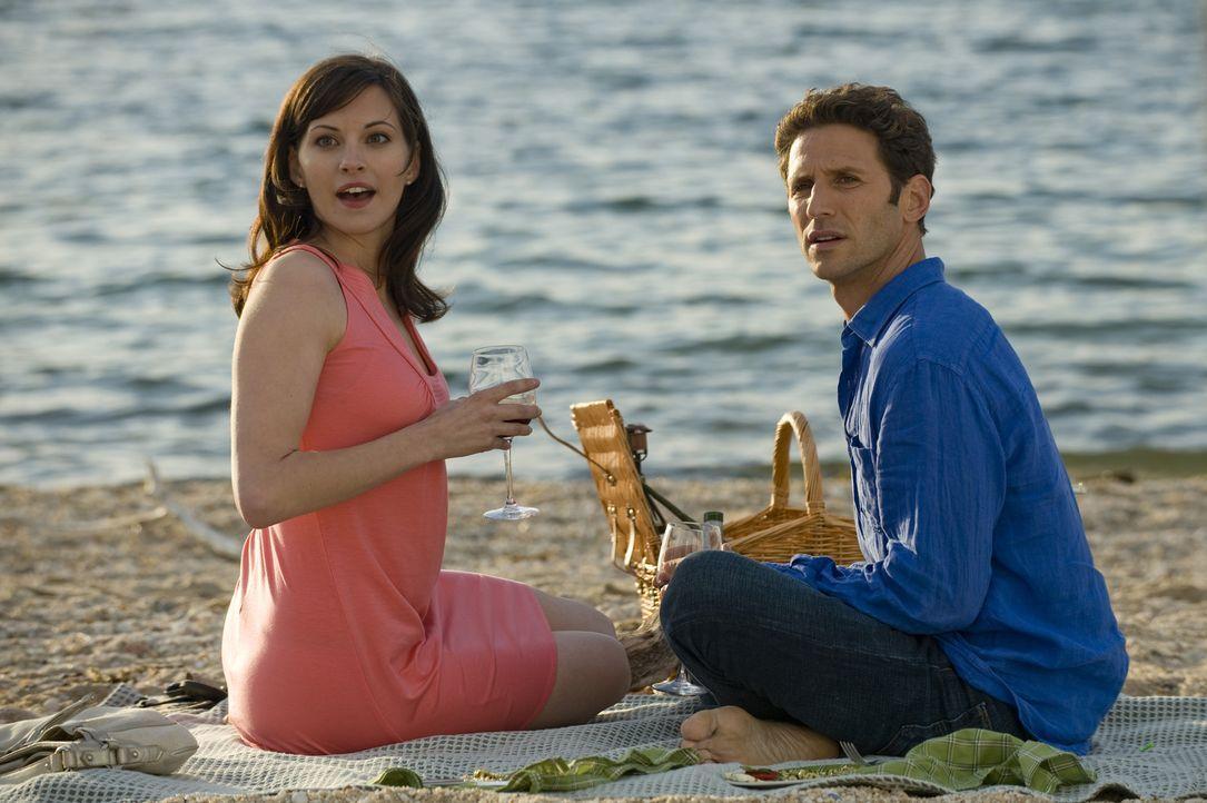 Dr. Hank Lawson (Mark Feuerstein, r.) überrascht Jill Casey (Jill Flint, l.) mit einem romantischen Picknick am Strand ... - Bildquelle: Universal Studios