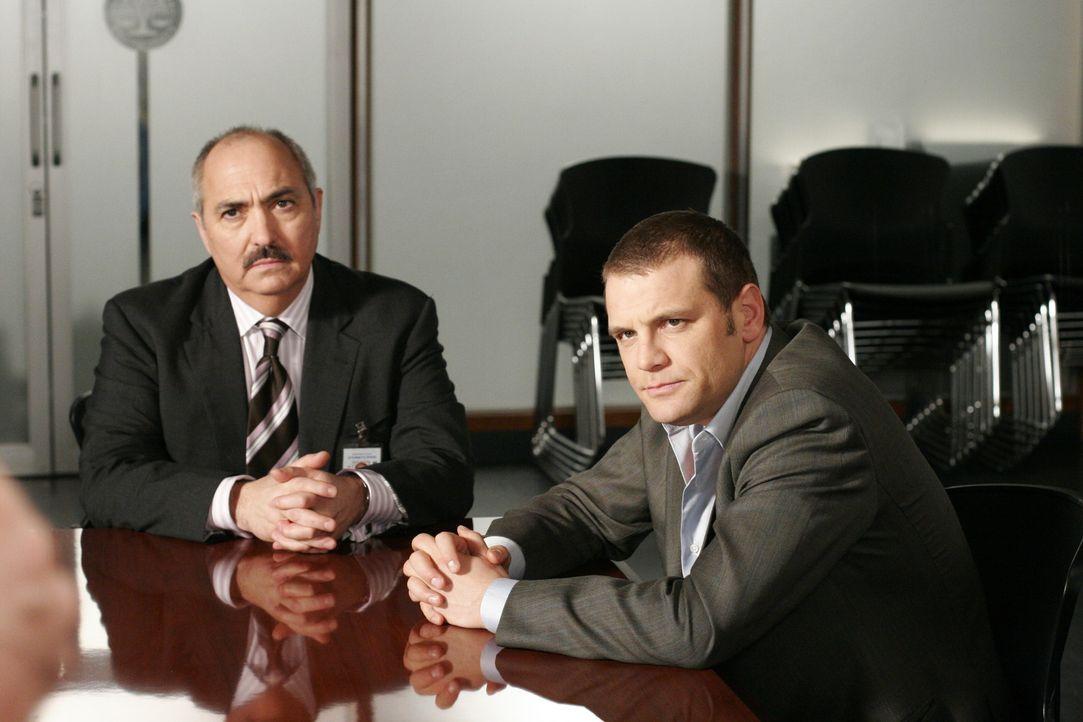 Staatsanwalt Devalos (Miguel Sandoval, l.) und Detective Lee Scanlon (David Cubitt, r.) stellen dem Verdächtigen noch ein paar Fragen … - Bildquelle: Paramount Network Television