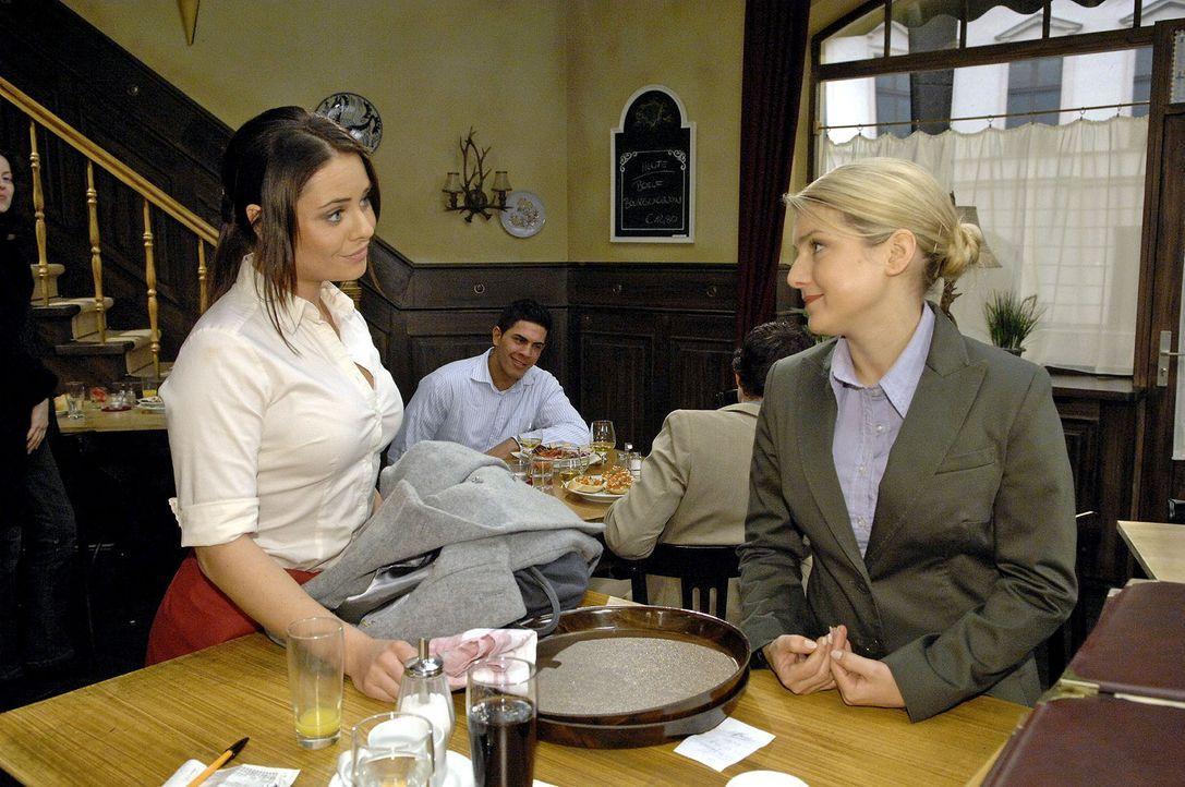 Paloma (Maja Maneiro, l.) ist skeptisch, dass Anna (Jeanette Biedermann, r.) wieder für Gerrit arbeitet. - Bildquelle: Claudius Pflug Sat.1