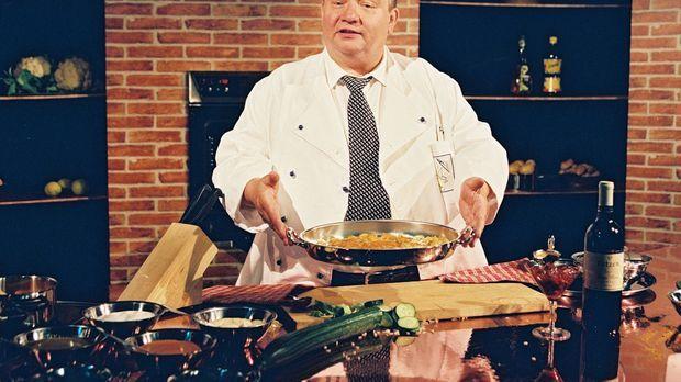 Der Hotelküchenchef Josef Breinbauer (Norbert Wartha) steht als Moderator der...